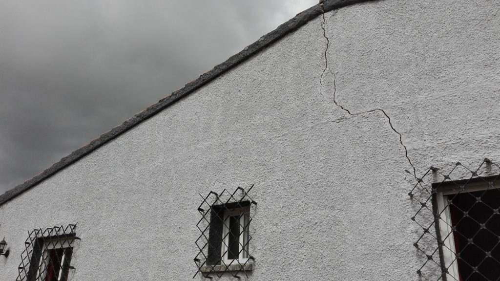grieta-en-muro-por-asentamiento-terreno